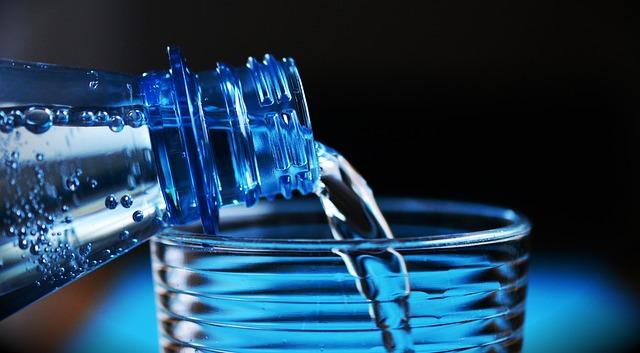 Woda mineralna vs woda źródlana - która lepsza?