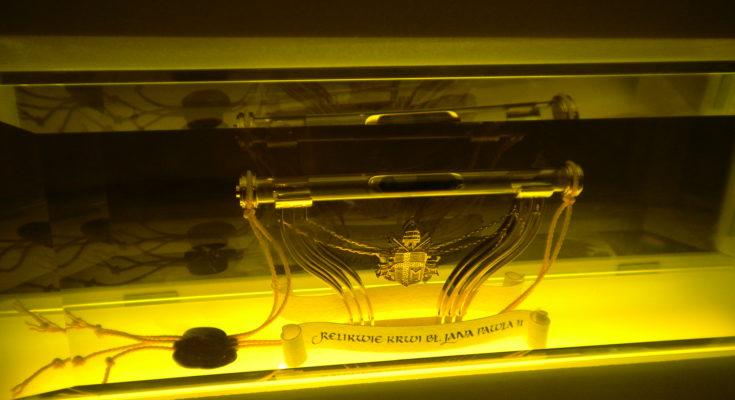 Relikwie Jana Pawła II - ampułka z krwią papieża