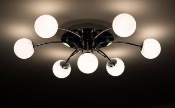 Lampy sufitowe do salonu – z przepychem czy minimalistyczne?