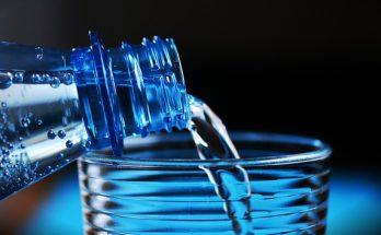 Woda mineralna czy źródlana? Jaką wodę powinniśmy pić i dlaczego?