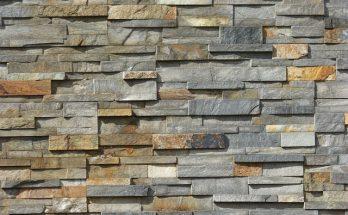 Salon z kamieniem dekoracyjnym na ścianie – ciekawe pomysły, aranżacje